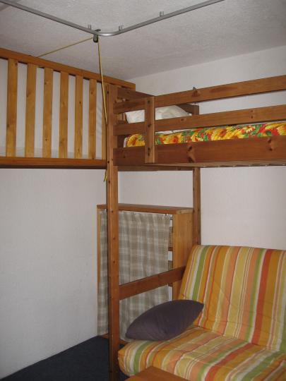 annonce 1071 lit suspendu enfant. Black Bedroom Furniture Sets. Home Design Ideas